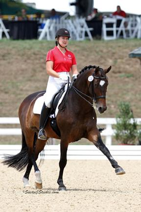Houweling and Rifradin, Linda Houweling`s 14-year-old Dutch Warmblood mare, earned the second highest score of the day yesterday, with a 69.605%, in her first time competing at the Young Rider level. / À leur première compétition au niveau Jeune cavalier, Houweling et Rifradin, une jument warmblood hollandaise de 14 ans appartenant à Linda Houweling, ont enregistré le deuxième meilleur score de la journée, soit 69,605 %.