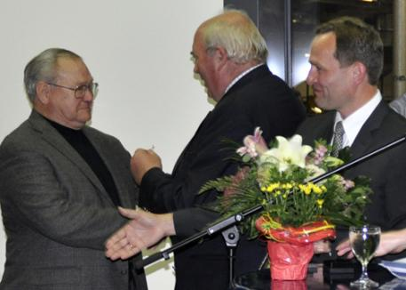 The Verband's chairman Manfred Schäfer honoured American breeder Doug Leatherdale with the Golden Badge of the Hannoveraner Verband.