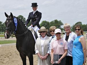 Lisa Wilcox and Pikko Del Cerro HU are joined in the winners' circle by Lois Yukins, Joan McCartney, Debbie Banas, Lilo Fore, and Charli Stevens. Credit: bobtarr.com