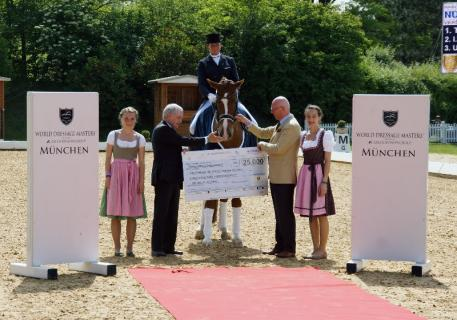Prizegiving WDM Nürnberger Rider Ranking: Hans Peter Schmidt, Chairman of the Supervisory Board of the Nürnberger Versicherungsgruppe, Ulla Salzgeber and Anthony M. Kies.
