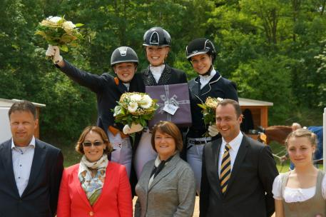 Prizegiving WDM Youth Challenge with Chantal van Lanen (2nd), Romy Peijen (1st) and Daniëlle van Mierlo (3rd). In front: Camil Smeulders, WDM, Dr. Evi Eisenhardt, jury at C, Mrs.  Marburg of Marburg Vodermair GmbH and Bernhard Graf von Ballestrem, show director.