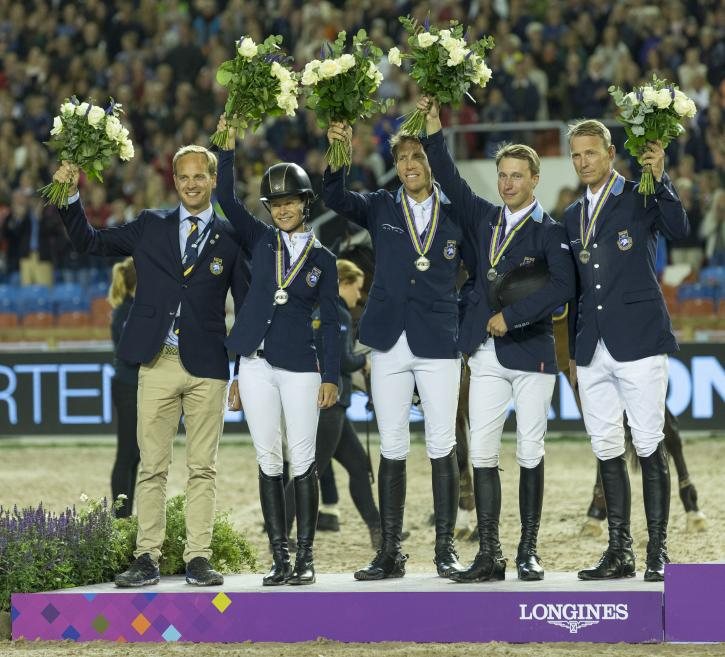 Silver Medalsits Sweden left to right : Henrik Ankarcrona (Chef d'equipe), Malin Baryard-Johnsson, Henrik Von Eckermann, Douglas Lindelöw, Peder Fredricson (Photo: FEI/Claes Jakobsson)