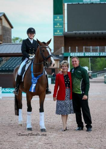 Ashley Holzer and Havanna 145 in their presentation ceremony with judge Janet Foy (USA) and Allyn Mann of Adequan®.