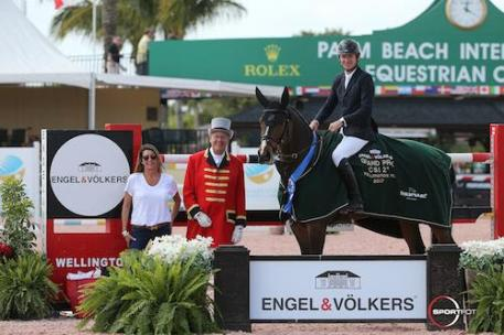 Beat Mändli and Simba in their winning presentation with Carol  Sollak of Engel & Völkers and ringmaster Steve Rector.