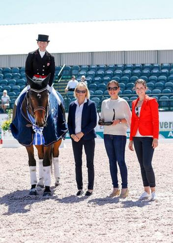 Belinda Trussell and Anton in their presentation ceremony with judge Isobel Wessels (GER), Lisa Apa of Today's Equestrian, and Cora Causemann of AGDF.