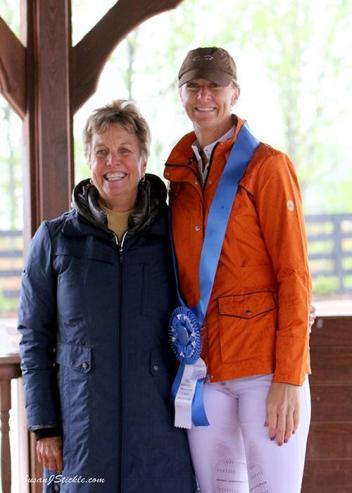 Heather Blitz in her presentation ceremony with judge Jane Weatherwax (USA).