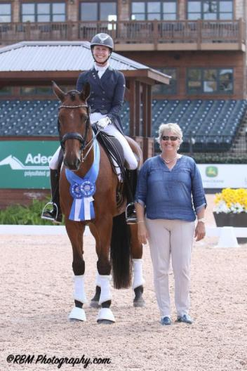 Jessica Jo Tate and Cayman V in their presentation ceremony with judge Kristi Wysoki (USA).