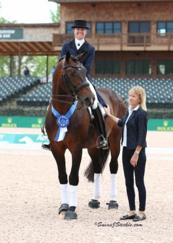 Katie Poag and Zonnekoning in their presentation ceremony with judge Isobel Wessels (GER).