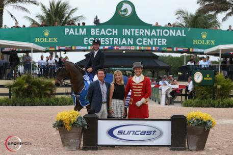 McLain Ward and HH Carlos Z in their winning presentation with  Tom and Jeannie Tisbo of Suncast®, and ringmaster Christian Craig.