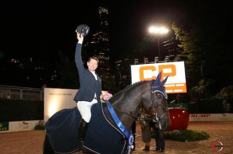 McLain Ward thanks the sold-out crowd at the Rolex Central Park Horse Show.