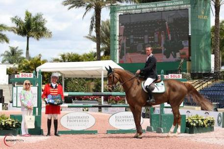 Richie Moloney and Slieveanorra in their winning presentation with  Suzie Reed of Illustrated Properties and ringmaster Steve Rector.