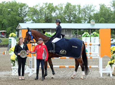 Caitlyn Connors and her Bink-A are presented with a Horze cooler and the blue ribbon (Photo: ESI Photography)
