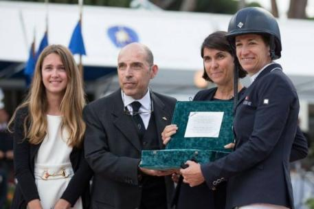 Laura Kraut was presented with the Master fratelli d'Inzeo trophy by Cristina, daughter of the great Piero d'Inzeo, and Guido, son of his much-loved brother Raimondo. Photo © Marta Fusetti
