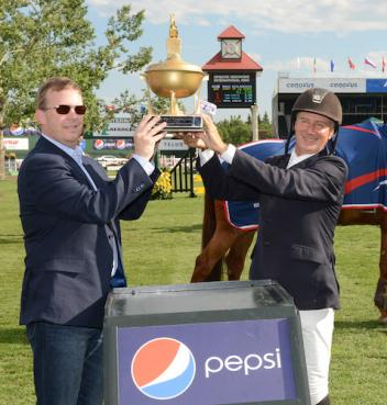 Mario Deslauriers raises his winning trophy with Scott Stewart, Director of Foodservice Canada, Pepsico (Photo: Spruce Meadows Media)