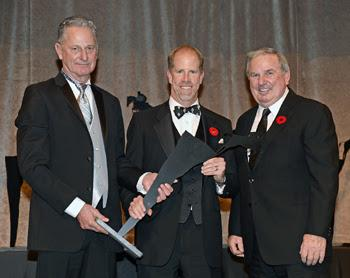 Mark Samuel (center) accepts the Jump Canada Hall of Fame Award – Hunter Horse for Killer Tom, owned by Sam-Son Farms, from Mac Cone (left) and John Weir. Photo by Michelle C. Dunn