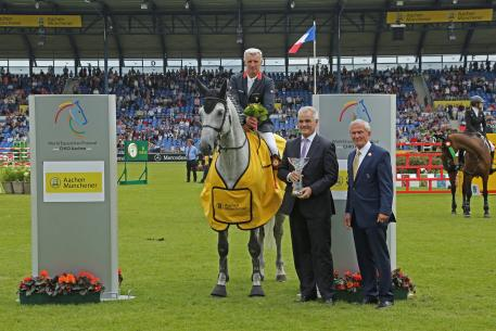 Christoph Schmallenbach, chairman of the board of AachenMünchener, and ALRV president Carl Meulenbergh gratulate the winner Roger-Yves Bost. F