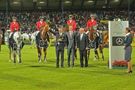 The National Coach Otto Becker (left); Dr. Carsten Oder, Chairman of the Executive Board, Mercedes-Benz Cars Sales Germany (centre) and the President of the Aachen-Laurensberger Rennvereins e.V. Carl Meulenbergh