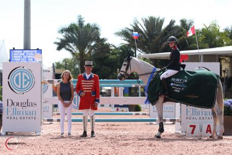 Amanda Derbyshire and Lady Maria BH in their awards presentation ceremony with ringmaster Steve Rector and Kristina Lloyd of Douglas Elliman Real Estate. (Photo: © Sportfot)