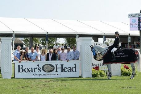 Bloomberg receives her ribbon from the team of Boar's Head (c)Shawn McMillen