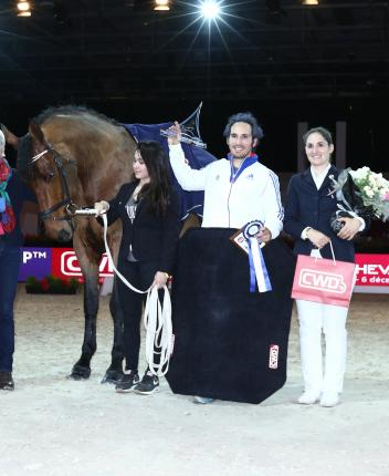 Defending champion, Nicolas Andreani from France, made a guest appearance tonight to win the second leg of the FEI World Cup™ Vaulting 2015/2016 series in Paris. Pictured with lunger Sandra Tronchet and horse Quiece D'Aunis.