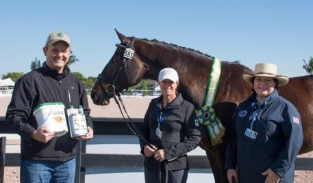Charlie O'Hara (left) presented Jennifer Baumert's mount Handsome with the Corta-Flx® Sport Horse of the Week Award, alongside owner Besty Juliano (right).