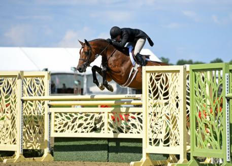 Kelley Farmer and Baltimore on their way to a 00,000 USHJA International Hunter Derby win.