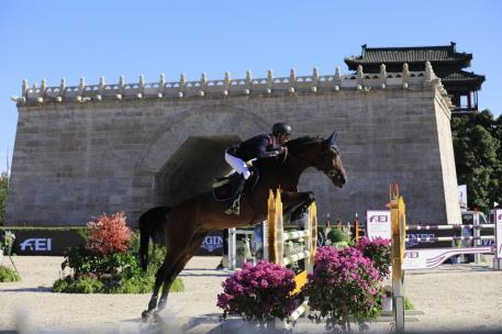 Show jumping's finest with the one of the 8th Wonders of the World serving as a fantastic backdrop!
