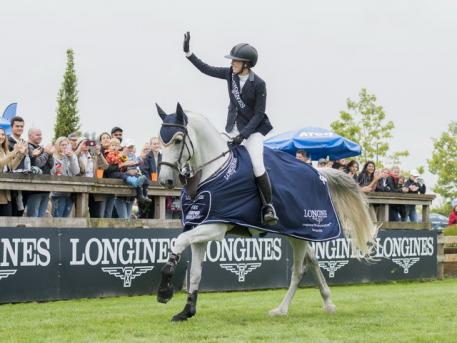 Uma O'Neill (USA) with mount Clockwise of Greenhill Z enjoy their victory lap after winning their first Longines FEI Jumping World Cup™ qualifier at Vancouver (CAN) on Sunday 26 August 2018. (FEI/Cara Grimshaw)