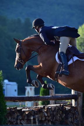 Erin Hastings and Honor won the $5,000 NEHJA Performance Stake Hunter Derby, presented by Eastern Hay, during the fourth week of the Vermont Summer Festival. (Photo: David Mullinix Photography)