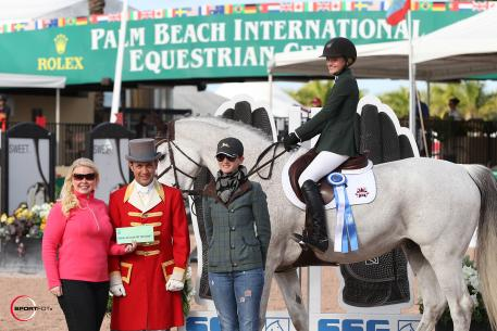 Gia Rinaldi and GPS Brilliant Disguise accept the blue ribbon and the bonus from SSG Gloves and Jennifer Ward with trainer Haylie Jayne. Photo by Sportfot