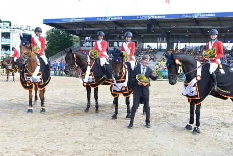 Kirsten Coe, Elizabeth Madden, Laura Kraut and Lucy Davis. Chef d'Equipe is Robert Ridland (Photo: Karl-Heinz Frieler)