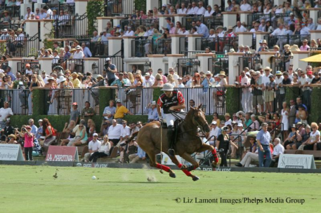 Polito Pieres plays in front of a packed house. (Photo: Liz Lamont Images)