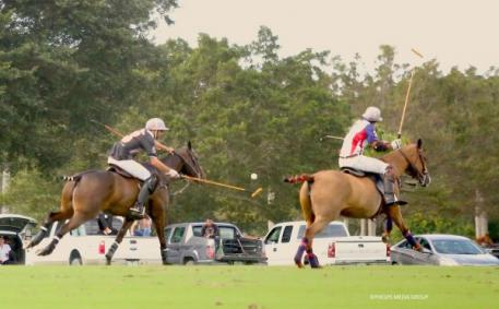 Polito Pieres takes control of the ball.
