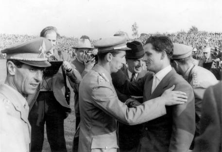 Double gold at the World Championships in Aachen for Hans Günter Winkler (right) in 1955. The fair sportsman and narrowly beaten fellow-competitor Raimondo d'Inzeo (ITA) congratulating his old rival. (Photo: Archiv ALRV)