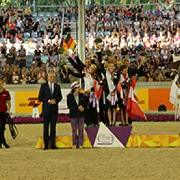 Dieter Junghans, member of the ALRV Advisory Board and Mary Binks, member of the FEI Bureau congratulating the winners