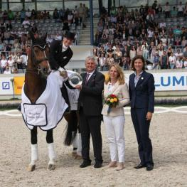 Isabell Werth  congratulated by Siegward und Andrea Tesch with Stefanie Peters (ALRV, right).