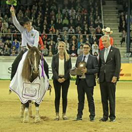 ALRV board member Dieter Junghans, Marco and Tanja Horsch congratulating the winner.