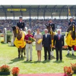 The winning German team of (left to right) Sandra Auffarth, Dirk Schrade, Michael Jung and Peter Thomsen with their chef d'equipe (front left) Hans Melzer receive the honours at Aachen (GER), fifth leg of the FEI Nations Cup™ Eventing 2014 (Photo: Trevor Holt/FEI).